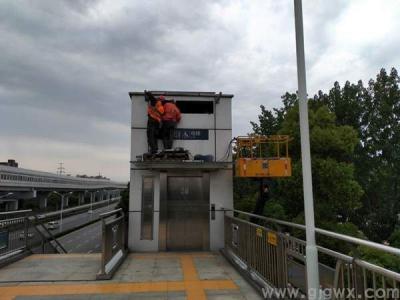 武汉光谷地铁站vwin德赢备用电梯井道两侧百叶窗增加玻璃雨棚